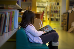 Bibliothèque (Roland.K) Tags: bibliothèque livres enfant lecture 50mm