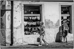 Dépêche toi, c'est pressé... (bertranddorel) Tags: rue couple noiretblanc blackandwhite bw homme femme man woman street streetphoto human piran slovénie adriatique europe balkans bnw bn