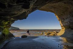 paseo (Mauro Esains) Tags: cueva playa mar agua padre hija familia costa paseo santa cruz patagonia punta peligro domingo rocas paisaje nikon gran angular tranquilidad