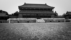 Men in white (Go-tea 郭天) Tags: pékin beijingshi chine cn beijing china forbidden city palace imperial old ancient traditional tradition history historical historic pacement building men young contrast empty space huge big tourist touristic boys leaving leave street urban outside outdoor people bw bnw black white blackwhite blackandwhite monochrome naturallight natural light asia asian chinese canon eos 100d 24mm prime candid day alone lonely together walk walking