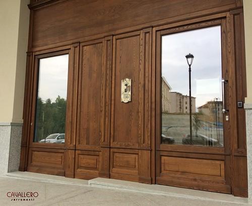 Dettaglio Portoni di ingresso in legno di Castagno spazzolato - Residenza Smeraldo