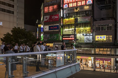 Fumadero con vistas (Smoking Lounge) (- Cajón de sastre -) Tags: fumadero smoking japan japón fotografíanocturna nocturnalphotography nikond500 nikkor2470mmf28vr kitasenjustation