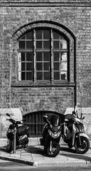 Luitpoldstraße, München (Ivan van Nek) Tags: münchen bayern deutschland luitpoldstrase nikon nikond7200 d7200 germany duitsland allemagne beieren bavaria noiretblanc architecture architectuur ramenendeuren raam fenêtre window doorsandwindows oberlandesgerichtmünchen scooters bricks schwarzweis