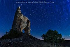 Resistiendo (fotochemaorg) Tags: arquitectura astronomía azul castillo cielo estrellas naturaleza noche nocturna paisaje ruinas startrail torre