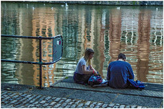 Bristol , along the Avon river ... (miriam ulivi OFF /ON) Tags: miriamulivi panasonicdmctz60 england uk bristol avonriver fiumeavon coppia riflessi couple reflections girl boy ragazzo ragazza crepuscolo dusk acqua water gabbiani seagulls streetphotography stphotographia