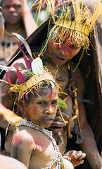 mother and son (kthustler) Tags: goroka singsing papuanewguinea tribes huliwigmen mudmen