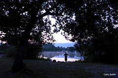 Le pêcheur de l'aube (Cathy Baillet) Tags: aquitaine arbre autofocus aube bleu biscarrosse brouillard cathybaillet campagne eau france forêt homme jour landes leica lac leslandes light nature photo reflet reflection reflets reflections reflectionsdistortions eos silhouette 2017