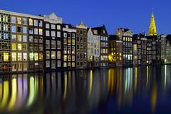Damrak Häuser (ploh1) Tags: amsterdam niederlande damrak langzeitbelichtung nachtaufnahme spiegelung beleuchtet lichter häserreihe wasser kirche blauestunde
