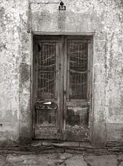 38 (marmoka) Tags: fujifilm finepix x10 bw doors portes puertas textures architecture