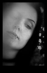 Sichtweisen - Momentaufnahme - Nachdenklich (One-Basic-Of-Art) Tags: black white schwarz weis weiss grau gris grey contrast kontrast noir blanc mono monochrom monochrome einfarbig person human mensch people menschen personen 1basicofart onebasicofart art kunst kusntwerk artwork canon canoneos canoneos350d fotografie amaribcyberdelia photography tfp timeforprint zeitgegenabzüge timeforpicture shootind photograph model outdoor natur face gesicht körper moment moments momentaufnahme augen eyes yeux nachdenklich trübsinn melancholie nostalgie