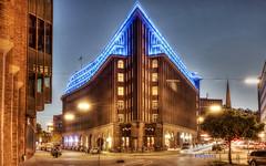 Chile Haus (petra.foto busy busy busy) Tags: hamburg blueport architektur lichtkunst blau licht langzeitbelichtung nachtaufnahme kontorhaus chilehaus fotopetra canon 5dmarkiii michael batz