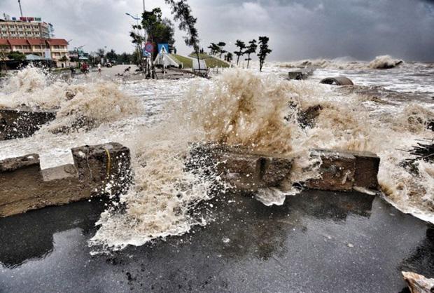 [ẢNH] Bão số 10 vào bờ: Bãi biển Sầm Sơn tan hoang trong sóng dữ - Ảnh 15.