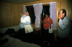Norwegen 1998 (169) Gudvangen (Rüdiger Stehn) Tags: aurland dia slide analogfilm scan europa canoscan8800f norwegen norge norway nordeuropa skandinavien profanbau haus gebäude sognogfjordane bauwerk 1990er 1998 1990s reisefoto urlaub 35mm kbfilm analog diapositivfilm kleinbild hotel gudvangen motel innenaufnahme contax137md menschen