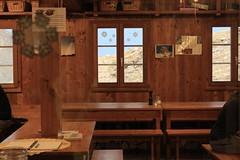 après le souper (bulbocode909) Tags: valais suisse cabanedesbecsdebosson réfectoires valdanniviers valdhérens montagnes cabanes grimentz tables bancs fenêtres