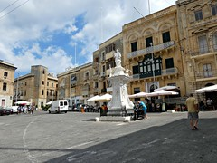 Victory square and  statue of St. Lorenz (Linda DV (away)) Tags: lindadevolder lumix geomapped geotagged travel europe malta 2017 mediterraneansea island southsightseeingtour ribbet
