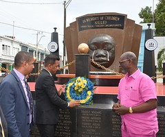 VISITING MAYOR LAYS WREATH (JIS)