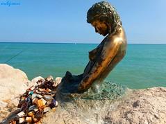 penelope (archgionni) Tags: mare sea adriatico statua molo pietre scogli stones orizzonte horizon lucchetti porto port italia italy arte art scultura