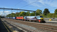 90024 & 90019 head south through Tamworth with the 4M25 Mossend Euroterminal to Daventry, 19th Sept 2017. (Dave Wragg) Tags: 90024 90019 dbschenker class90 tamworth 4m25 electric loco locomotive railway malcolm malcolmrail