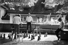 Zürich #3 (madmtbmax) Tags: bw sw schwarz weiss black white bianco nero negro blanco park chess play game challenge sunday afternoon summer feeling nikon d700 male man men concentration thinking fokus focus chessboard sitting standing city scene
