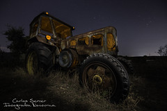Arando recuerdos (Carlos Server Photography) Tags: tractor abandoned abandonado lightpainting stars sky blue longexposure nightscapes nightphotography larga exposicion fotografíanocturna estrellas cielo azul largaexposición campo canon 1635mm lanzbulldog