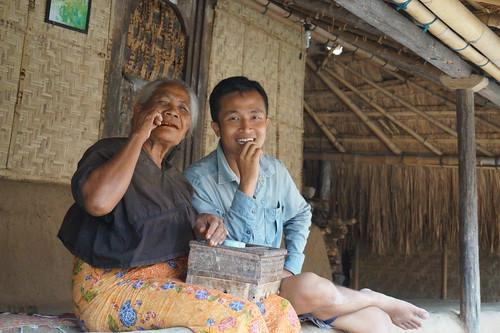 Nyirih bareng Papuk Nine di Desa Adat Ende, Lombok