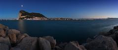Gibraltar moon (FH | Photography) Tags: gibraltar uk england grossbritanien upperrock spanien lalineadelaconception bucht wasser küste europa strassevongibraltar wahrzeichen sehenswürdigkeit tourimus mond mondaufgang abends nachts beleuchtung stadt hauptstadt city hafen panorama pano algeciras buchtvonalgeciras licht himmel blau