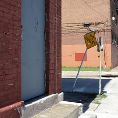 Pas de deux (bartholmy) Tags: philadelphia pa schild sign rückseite reverse nooutlet sackgasse culdesac übermalung overpainting buffinf buffed graffiti streetart ziegel bricks tür door stufen steps kabel cables verkabelung strasenmarkierung streetmarking minimal minimalism minimalismus minimalistisch abstrakt abstract