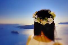 La dama con la ghirlanda (Gio_ guarda_le_stelle) Tags: santorini seascape flowers woman flowergarland greece summer sun ragazza grecia fiori ghirlanda rubata landscape sea sky blue canon impressionism gauguin