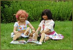 Sanrike und Kindra ... (Kindergartenkinder) Tags: sommer blumen personen kindergartenkinder garten blume park annette himstedt dolls kindra sanrike wasserschlosslembeck