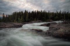 Lappland - Am Kamajåkkå (oliverwittmann) Tags: landschaft landschaftsfotografie lappland natur schweden wasser norrbottenslän se bäume felsen fluss kvikkjokk laponia naturfotografie ufer wald wasserfall wolken