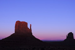 Navajo - Afterglow in Monument Valley (Drriss & Marrionn) Tags: travel roadtrip landscape landscapes arizona usa sand outdoor sky skies mountainside mountain buttes naturallight nature countryside navajo stone horizon desert desertplains mothernature canyon canyons rock rocks light eveninglight charlielevel1