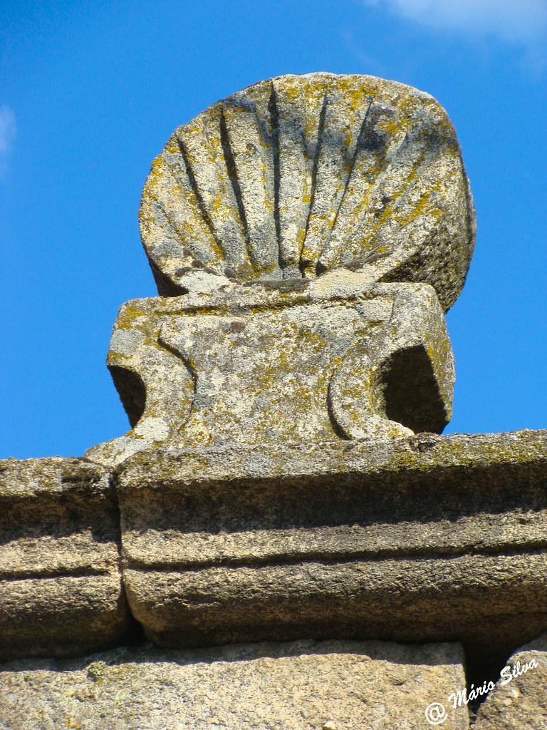 Águas Frias (Chaves) - ... pedra com forma de concha no alto do pórtico em Cimo de Vila ...