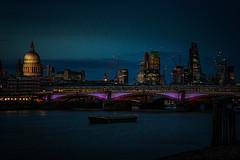 London bei Nacht (Roman Achrainer) Tags: london themse brücke schiff nachtaufnahme himmel wasser grosbritanien england achrainer