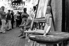 Maniquí (Alicia Clerencia) Tags: ayamonte verano summer nocturna nightime street urbana gente people fiesta fair blackwhite detalles details painting pintura