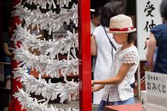 Prières de papier. Tōshō-gū Nikko .. Unesco world heritage. (geolis06) Tags: geolis06 asia asie japan japon 日本 2017 nikkō nikko nature bouddhism bouddha budha buddhist patrimoinemondial unesco unescoworldheritage unescosite nikkōtōshōgū tōshōgū 日光東照宮 tokugawaieyasu shrine temple portrait fille omikuji prières praying cérémonie ceremony
