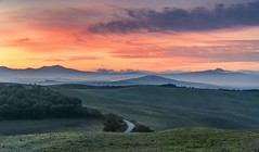 *Val d'Orcia Morning* (albert.wirtz) Tags: valdorciamorning valdorcia tuscany toscana toskana italia italy italien albertwirtz albertwirtzfotografie albertwirtzphotography landscape earlymorninglight radicofani clouds wolken sunrise sonnenaufgang morgenhimmel morningsky alpenglow twilight colorfulsky nikon d700 pienza sanquiricodorcia