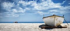davanti al mare (pamo67) Tags: pamo67 infrontofthesea estate summer barca boat riva shore spiaggia beach donna woman cielo sky nuvole clouds panoramica sabbia sand pasqualemozzillo
