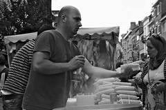 Here You Go ! (Ren-s) Tags: personne people street streetphotography rue photographiederue bokeh belgique belgium bruxelles brussels black blackandwhite blackwhite bnw bw noiretblanc noir noirblanc project 52 week 3852 maïs corn vendeur new city 7dwf europe man woman seller projet food aliment chaud warm épi foodstuff alimentation hands mains vapeur vapor eau water sky ciel nuages clouds sel salt marché market ixelles canon eos 600d 1750mm sigma ville town photo