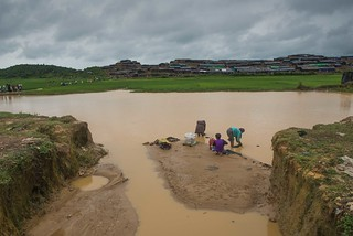 rohingya people  washing  their clothes