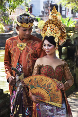 Balinese couple taking photos for their wedding (Sergio Capuzzimati) Tags: bali couple wedding photo shoot traditional costume dress balinese love klungkung palace indonesia