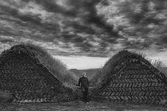 Res torbarà el nostre ànim; seguirem endavant. (Kaobanga) Tags: torba turba peat coratge coraje courage concepte concepto concept conceptual boires nubes clouds gespa césped grass islàndia islandia iceland ísland islande islanda glaumbaer blancinegre blancoynegro blackandwhite bw bn canon5dmarkii canon5dmkii canon5dmk2 canon1635 1635 1635mm canon1635mm kaobanga