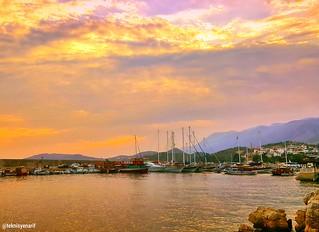 Rüzgar bulutları parçaladı ve kızıl bir günbatımı batıyı yardı.👍🌞 Kaş Marina günbatımı 🌞 Kaş Marina sunset 🌞 Mutlu akşamlar dilerim selamlar arkadaşlar  ❤🙏🌜:cherry_b