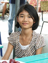 pretty girl seated at a table (the foreign photographer - ฝรั่งถ่) Tags: pretty girl child seated table rose apples khlong thanon portraits bangkhen bangkok thailand canon