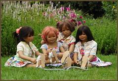 Kindergartenkinder ... es ist spannend ... (Kindergartenkinder) Tags: sommer blumen personen kindergartenkinder garten blume park annette himstedt dolls kindra sanrike milina wasserschlosslembeck setina