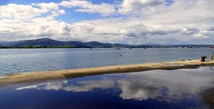 Bahía de Santander (alfonsocarlospalencia) Tags: bahía santander reflejo nubes cantabria luz azul noray peña cabarga muro verano recuerdos paz barcos nostalgia agua cielo montañas