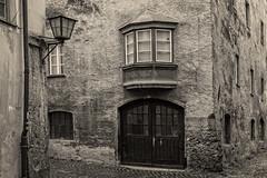 AltstadtCharme (Panasonikon) Tags: hallintirol altstadt rustikal panasonikon gvario1232 monochrome fenster tor olympusomdem1 oldtown window door alley bw