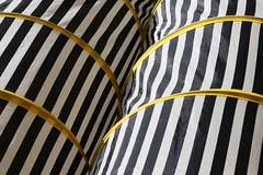 Tubes (Pi-F) Tags: tube texture ligne droite jaune noir blanc courbe tissus