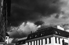 "Hoch am Himmel stehen dunkle Wolken...-High in the sky are dark clouds-B&W (Siggi-Dee) Tags: ""leica elmar 50mm f28 35mm b26w blackandwhite color digital film japan kodak leica leicam6 leicam9 leicamp m9 tokyo voigtlander street rangefinder leicam5 wetzlar solms"