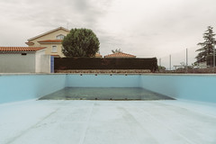 Wake me Up (Walimai.photo) Tags: lumix lx5 panasonic piscina swimming pool blue azul sky cielo tree árbol empty vacía salamanca