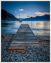 to the lake this way (juhwie.foto - PROJECT: LEIDENSCHAFT-LICH-T) Tags: lake sunrise dawn mountains como water wood rocks stone landscape landscapephotography pentax pentaxart ricohimaging k1 1530 italy